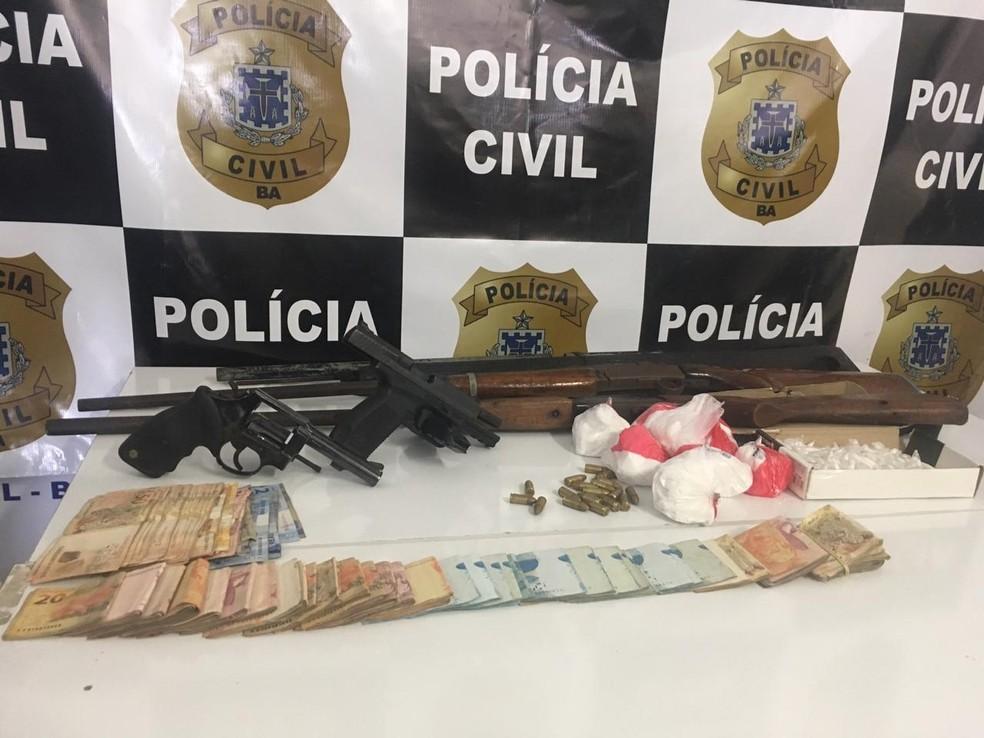 Durante a operação foram apreendidos de drogas, R$ 8.604 em espécie, nove veículos, espingardas, pistolas e também revolveres que estavam com as pessoas presas nesta segunda.  — Foto: Taísa Moura / TV Santa Cruz
