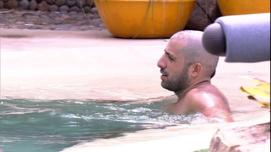 Kaysar conta voltas na piscina: 'Falta duzentos ainda'