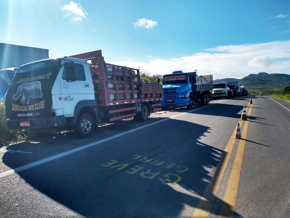 Na BR-226, em Santa Cruz, caminhões continuam enfileirados às margens da rodovia (Foto: Édipo Natan)