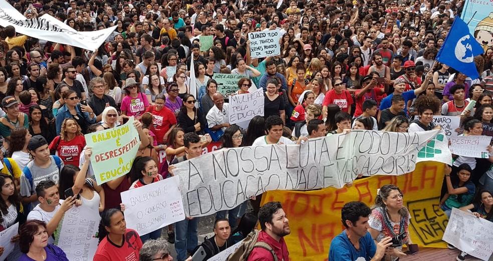 Manifestantes tomam Largo do Rosário em ato contra corte de verbas da Educação, em Campinas — Foto: Luciano Calafiori/G1