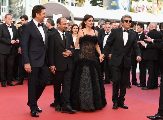 """Javier Bardem, Asghar Farhadi, Penelope Cruz e Ricardo Darín na première de """"Todos Lo Saben"""" em Cannes (Foto: Getty Images)"""
