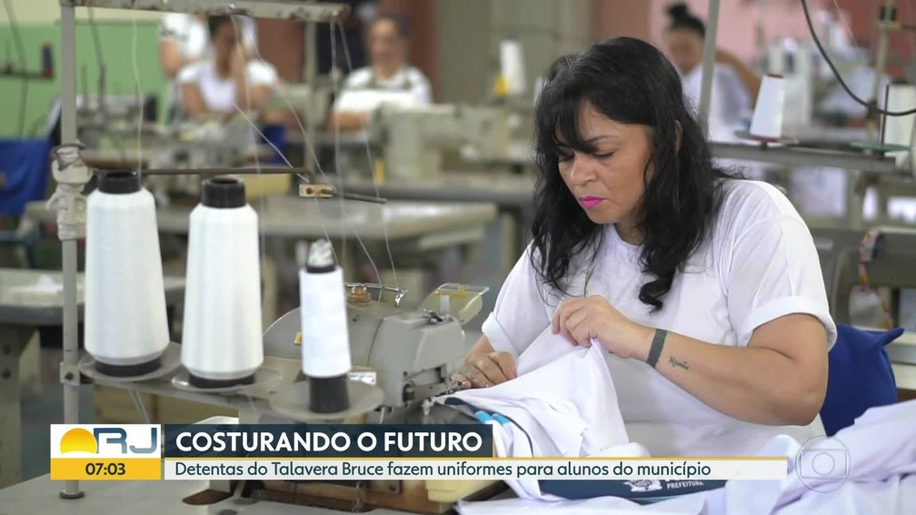 Kátia Simone Gandra de Carvalho já costura há um ano — Foto: Reprodução/Bom Dia, Rio