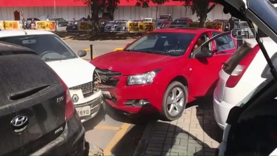 Motorista sem CNH bate em carros estacionados na Delegacia de São José dos Pinhais; VÍDEO