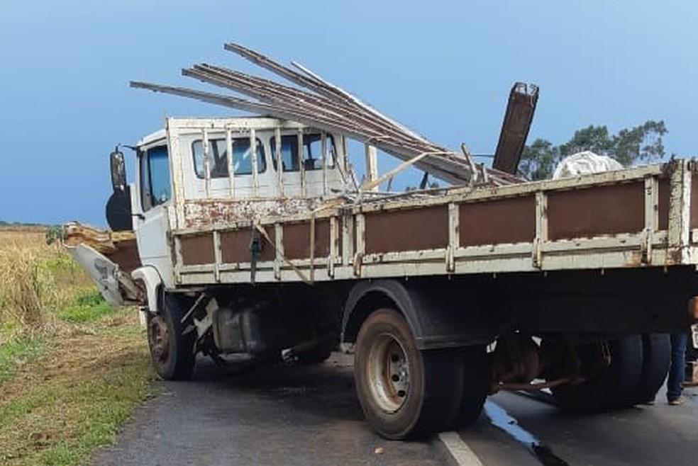 Caminhão que se envolveu em acidente que matou o músico Ivo Souza, em Campo Grande. — Foto: Polícia Rodoviária Federal/Divulgação