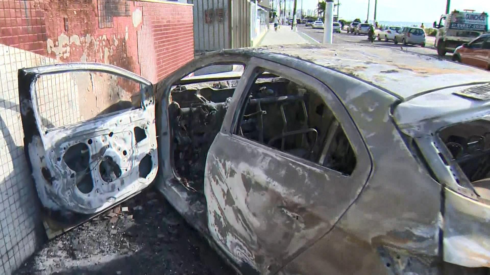 Vídeo mostra carro pegando fogo após bater contra muro de condomínio em Vila Velha, ES