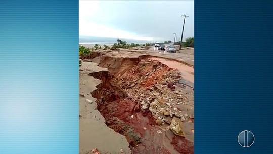 Água da chuva abre cratera em marginal de rodovia no RN; vídeo