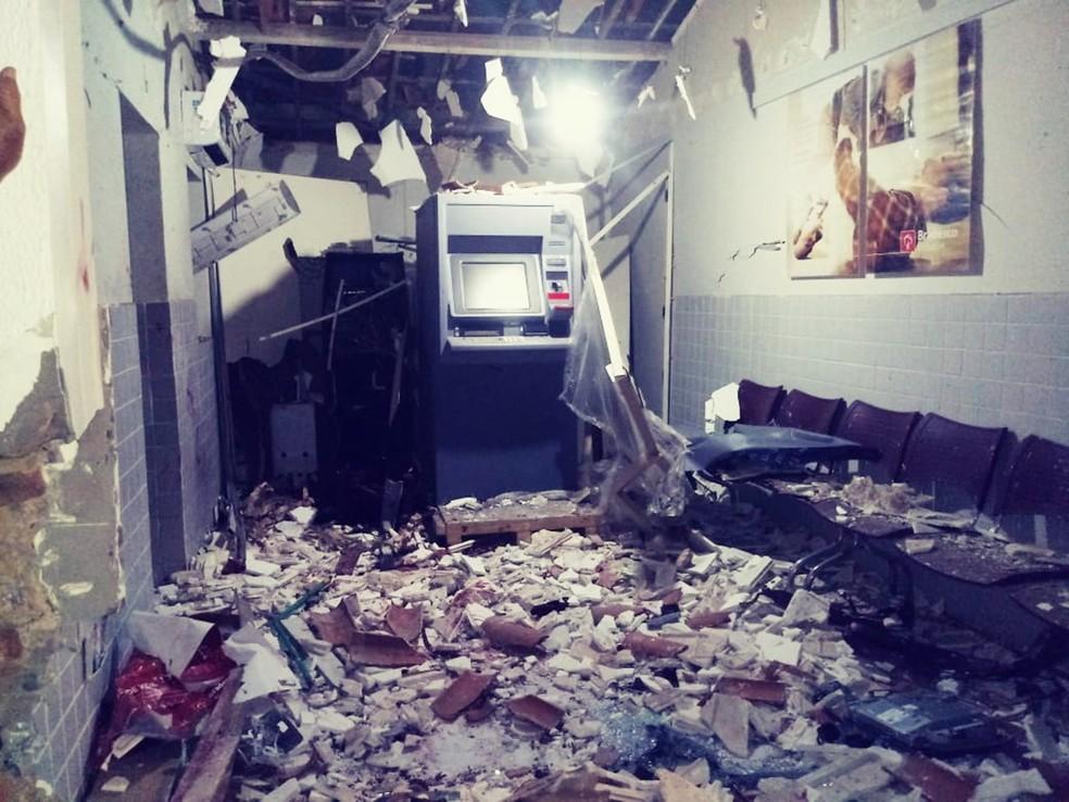 Com o barulho, muitos moradores acordaram assustados. Parte do teto da agência desabou com a força da explosão — Foto: Alex Freitas