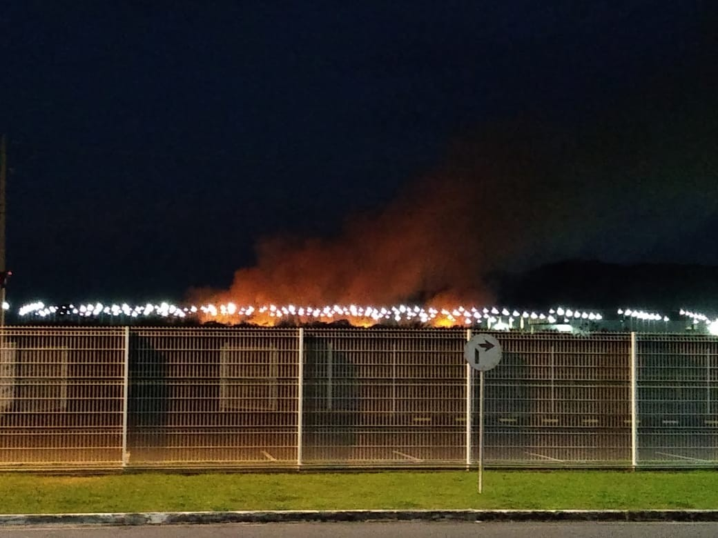 Fogo em vegetação assusta moradores de Resende nesta sexta - Notícias - Plantão Diário