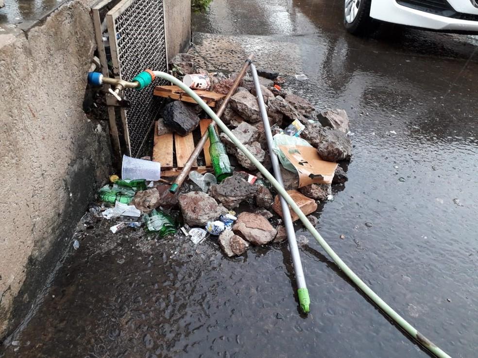 Pedras e garrafas que foram tiradas da frente da conveniência — Foto: Osvaldo Nóbrega/TV Morena