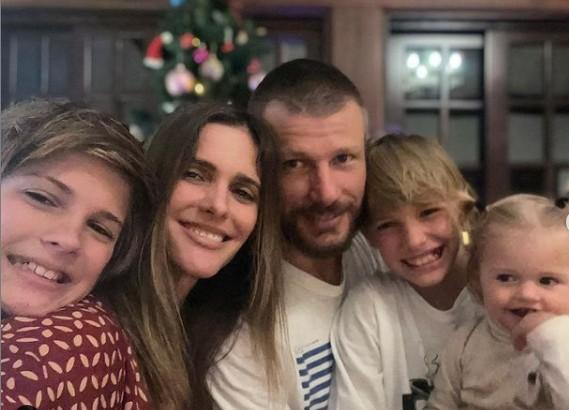 Fernanda Lima com o marido, Rodrigo Hilbert, e os filhos, João, Francisco e Maria (Foto: Reprodução)