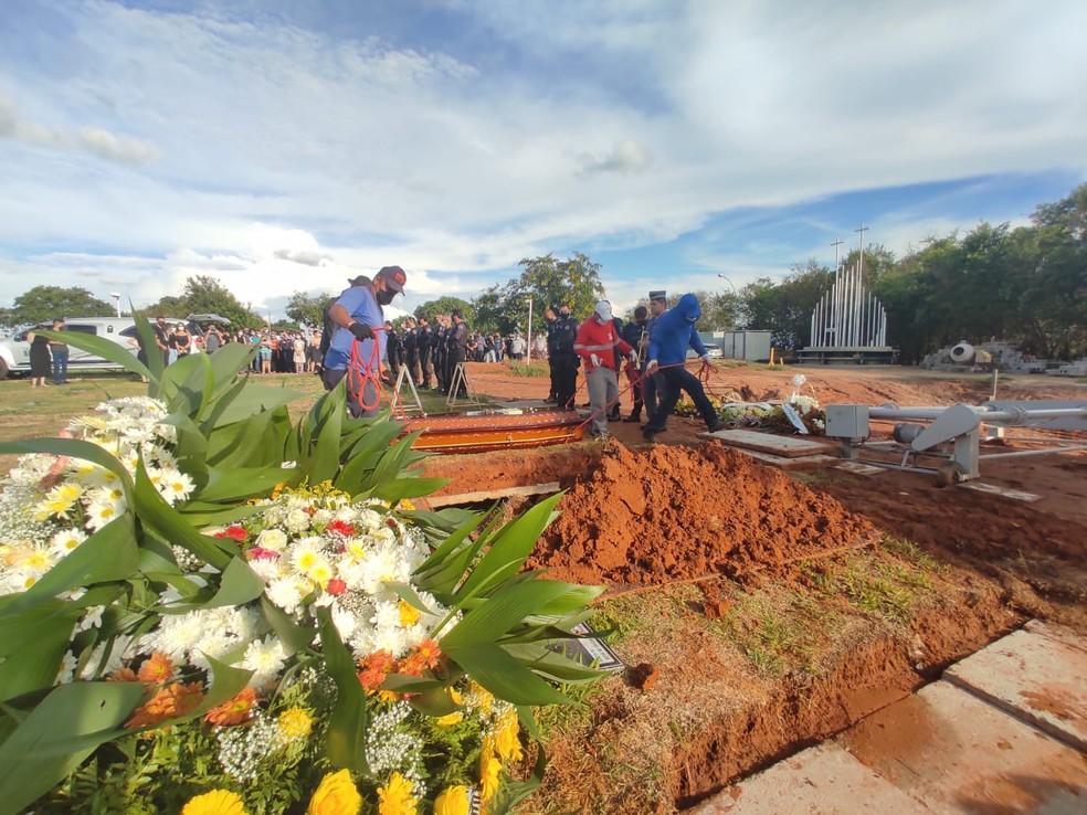Corpo de policial civil morto pelo parceiro de trabalho é sepultado em Presidente Prudente — Foto: Aline Costa/G1