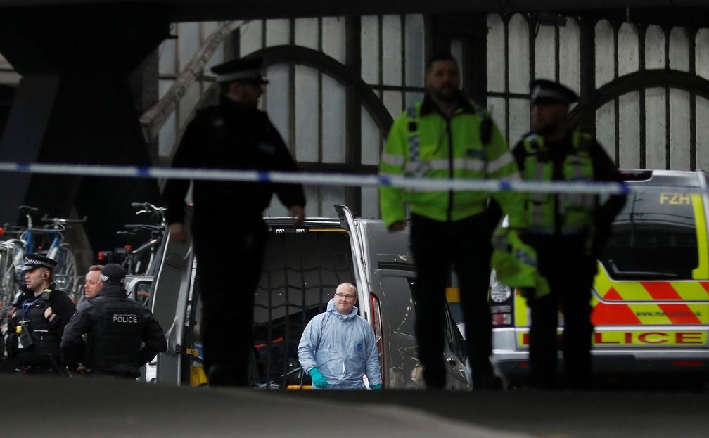 Policiais isolaram área da estação Waterloo após serem acionados por causa de pacote com pequeno explosivo — Foto: Peter Nicholls/Reuters