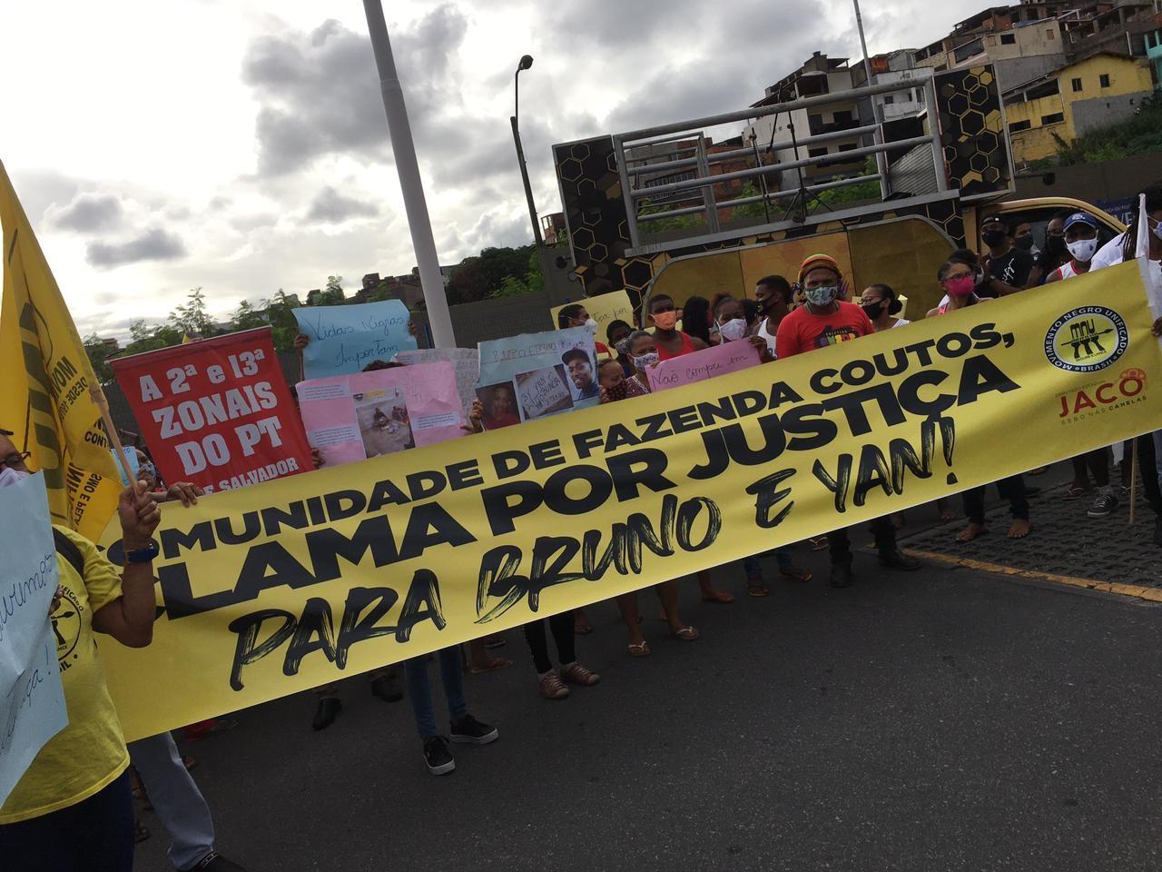 Grupo faz protesto em supermercado da rede Atakarejo por causa de tio e sobrinho mortos após furtarem carne na Bahia