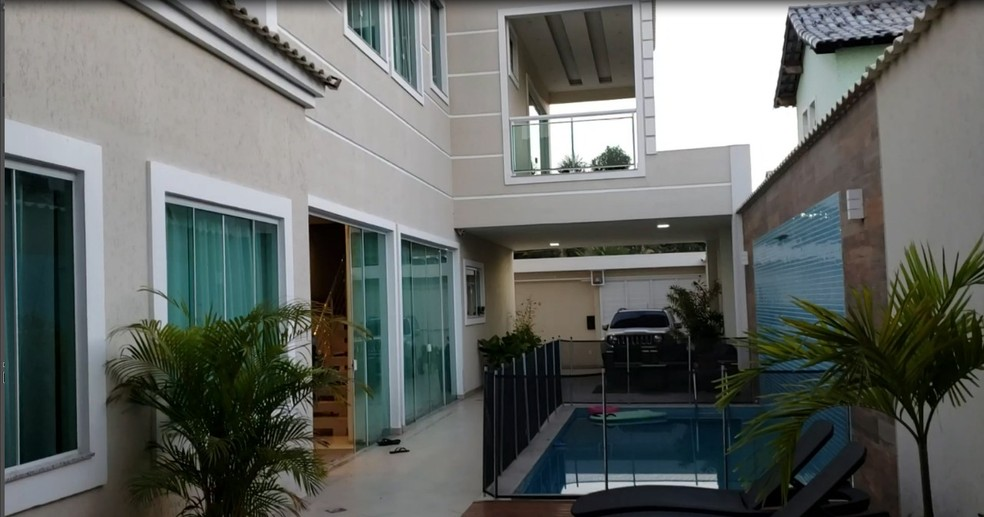 Casa em que Carlinhos Cocaína vivia tem dois andares, piscina e espaço para churrasqueira — Foto: Divulgação