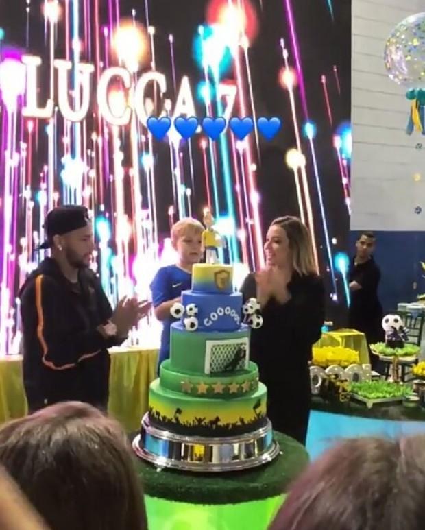 Neymar e Carol Dantas cantam parabéns com Davi Lucca (Foto: Reprodução Instagram)