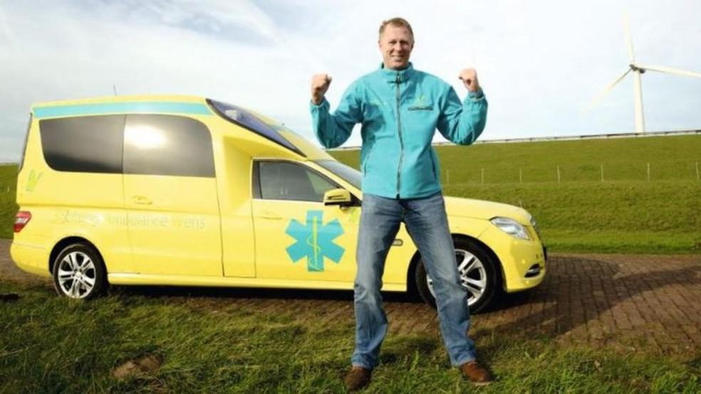 Veldboer dirige uma fundação que leva pacientes em estado terminal a visitar pessoas e lugares que amam — Foto: Arquivo pessoal/BBC