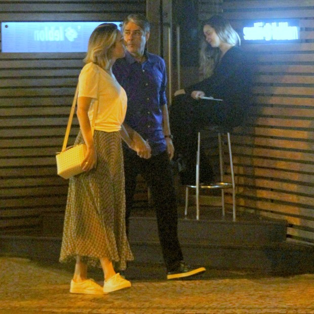 William Bonner vai a restaurante com Natasha Dantas, o filho e a nora (Foto: Reprodução Instagram)