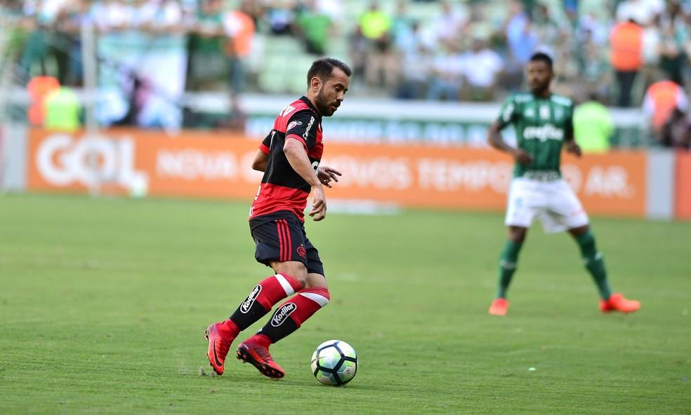 Flamengo está apenas um ponto na frente do primeiro time que não se classificaria para a Libertadores (Foto: Marcos Ribolli)