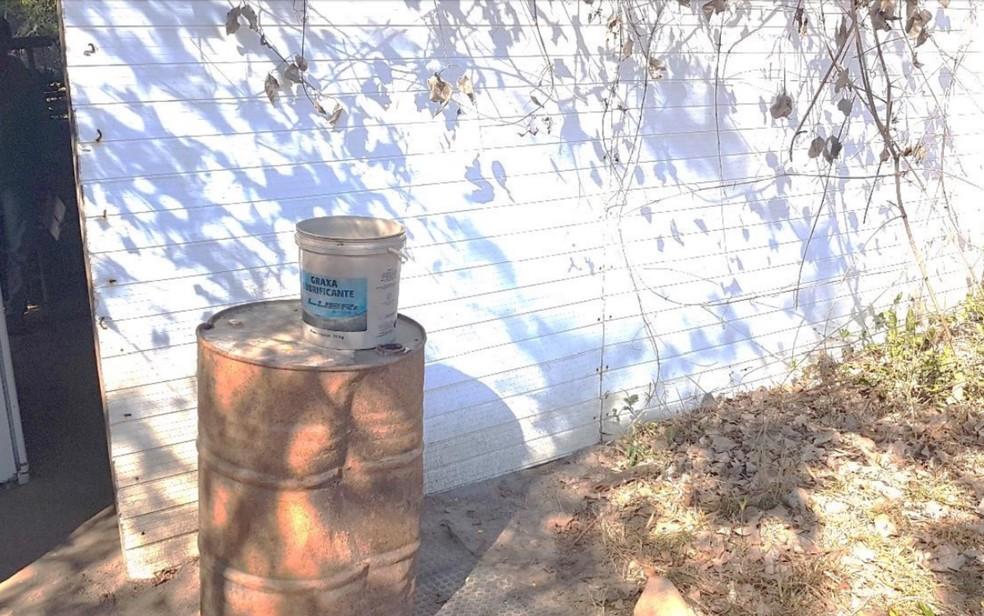 Local e balde usado pelos trabalhadores para tomar banho (Foto: Reprodução/MTE)