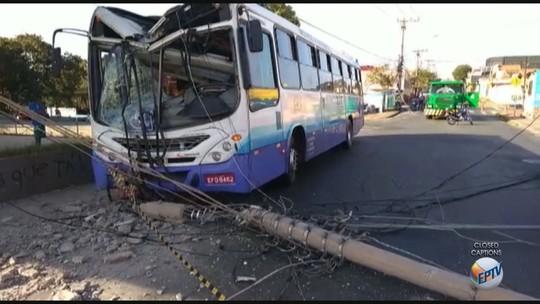 Ônibus derruba poste de energia e rua de Limeira é interditada
