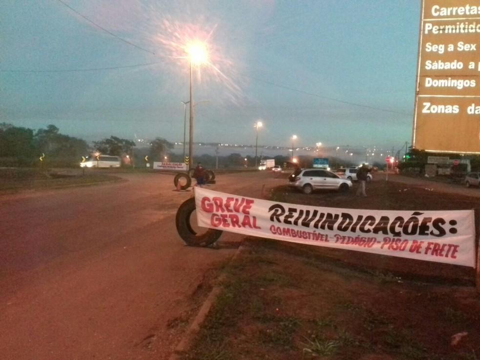 Protesto de caminhoneiros na BR-163 em Rondonópolis, nesta terça-feira (22) (Foto: Maycon Araújo/TV Centro América)