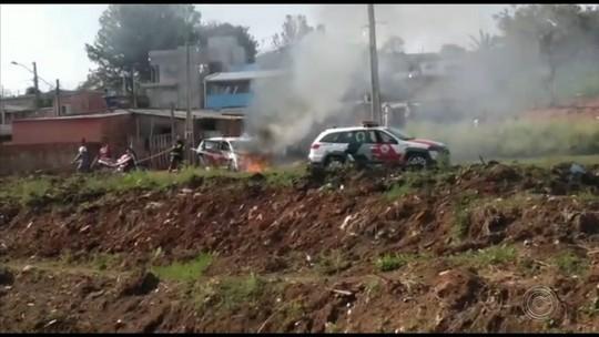 Viatura da Polícia Militar pega fogo em bairro de Itararé