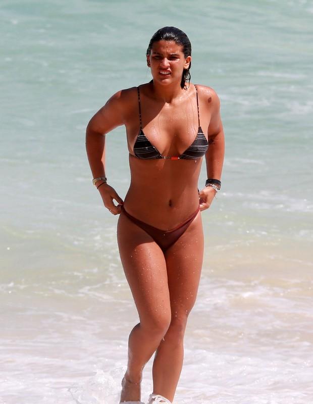 Giulia Costa namora na praia (Foto: AgNews)