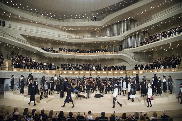 Desfile da Chanel em dezembro passado, dentro da filarmônica de Elba  (Foto: Getty Images)