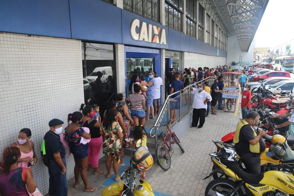 Auxílio emergencial 2021 começa a ser pago, e agências da Caixa em Fortaleza têm longas filas — Foto: Fabiene de Paula/SVM