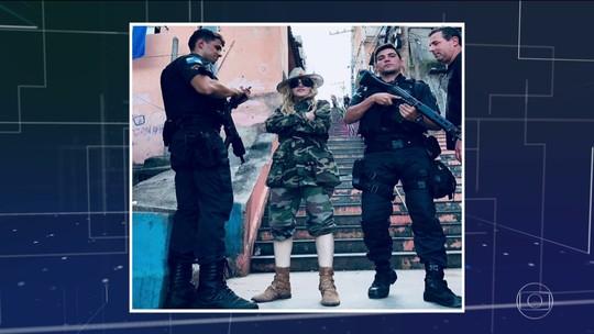 Madonna vai 'fardada' ao Morro da Providência, posa com PMs e caminha pelos becos da favela; veja vídeo