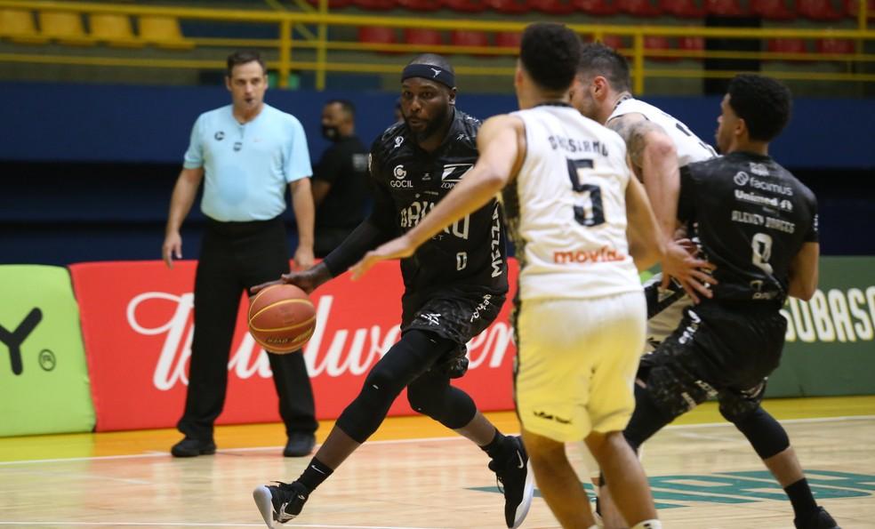 Em novo reencontro com o Mogi, Tyrone teve boa atuação pelo Bauru — Foto: Antonio Penedo/Mogi Basquete