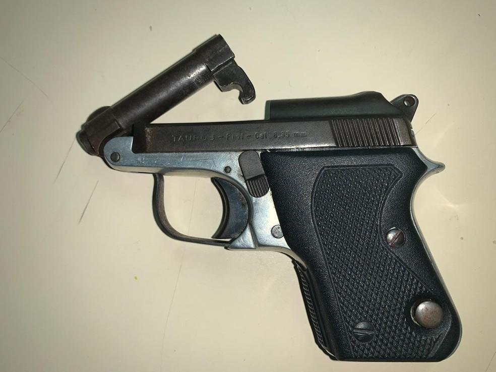 Assaltante estava hospedado em um flat no Jardim Armação, onde foram apreendidos uma armas, drogas e veículo — Foto: Secretaria de Segurança Pública/Divulgação