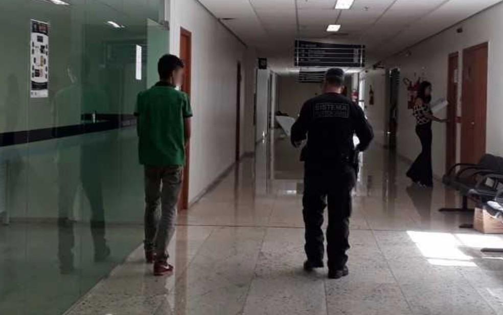 Preso jovem de 25 anos suspeito de abusar de jovem de 19 anos em ônibus (Foto: Vanessa Martins/G1)