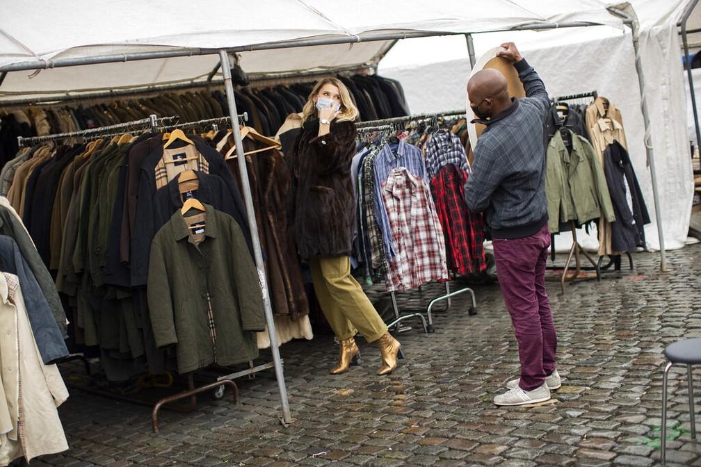 Cliente de mercado de rua em Bruxelas, na Bélgica, em 13 de outubro de 2020 — Foto: Francisco Seco/AP