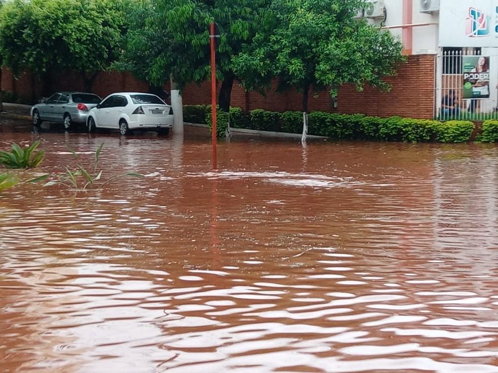 A avenida Dr. Quinzinho foi um dos locais que ficaram alagadas após chuva forte em Jaú — Foto: Arquivo pessoal
