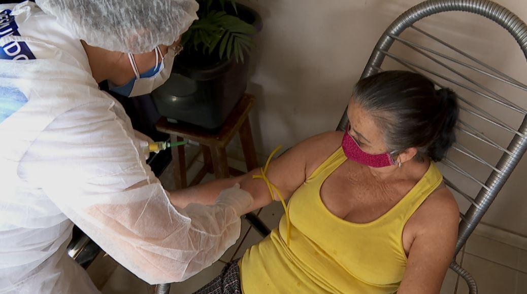 Equipes entrevistam e testam moradores para estudar avanço da Covid-19 em Serrana, SP