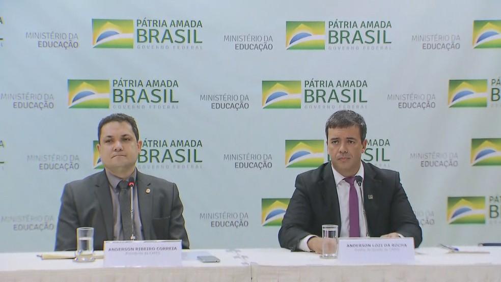 Anderson Correira, presidente da Capes, e Anderson Lozi da Rocha, diretor de Gestão da Capes, explicaram, em entrevista coletiva nesta quinta, o congelamento de quase 3,5 mil bolsas de pós-graduação — Foto: Reprodução/TV Globo