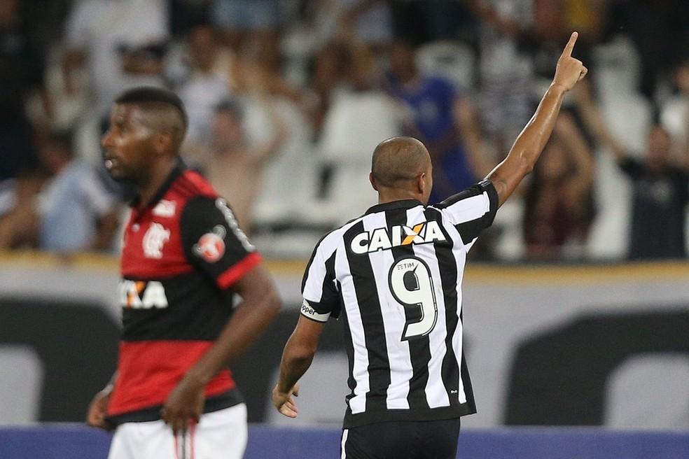 Roger é o maior artilheiro dos clássicos no Brasil em 2017 (Foto: Divulgação / Botafogo)