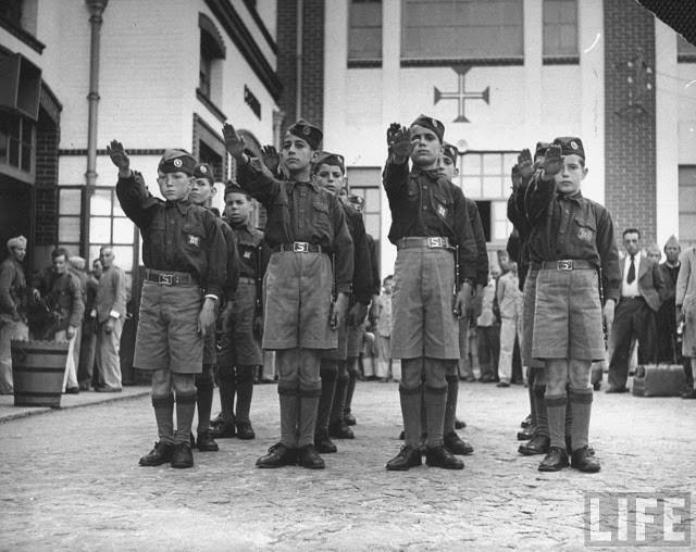 Alunos uniformizados em Portugal fazendo a saudação adotada pelos nazistas