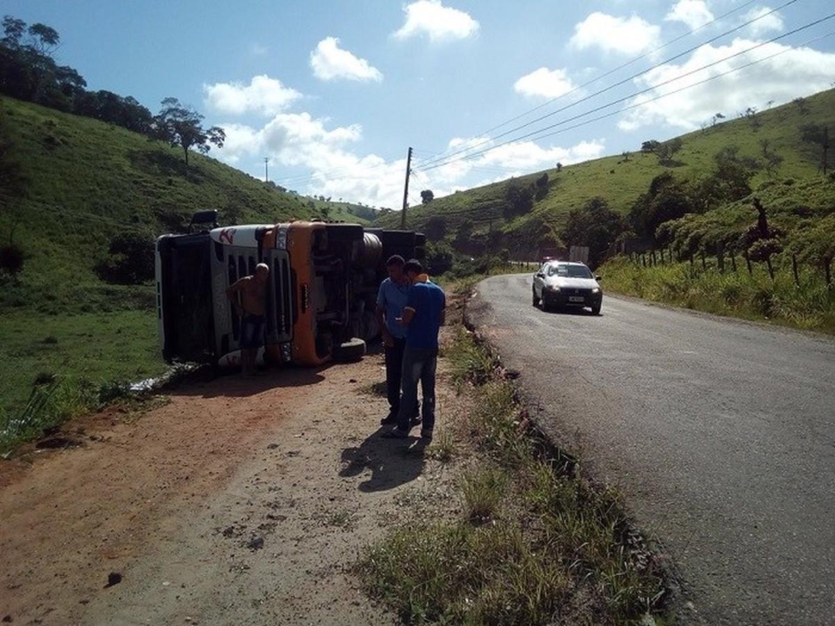 Carreta carregada de alumínio tomba na RJ-186, em Santo Antônio de Pádua