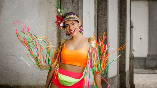 Vivian Amorim abusa do neon em ensaio de Carnaval e afirma: 'O importante é se sentir bem'