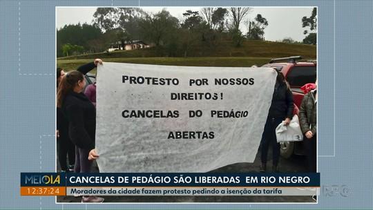 Manifestantes liberam cancelas de pedágio em Rio Negro