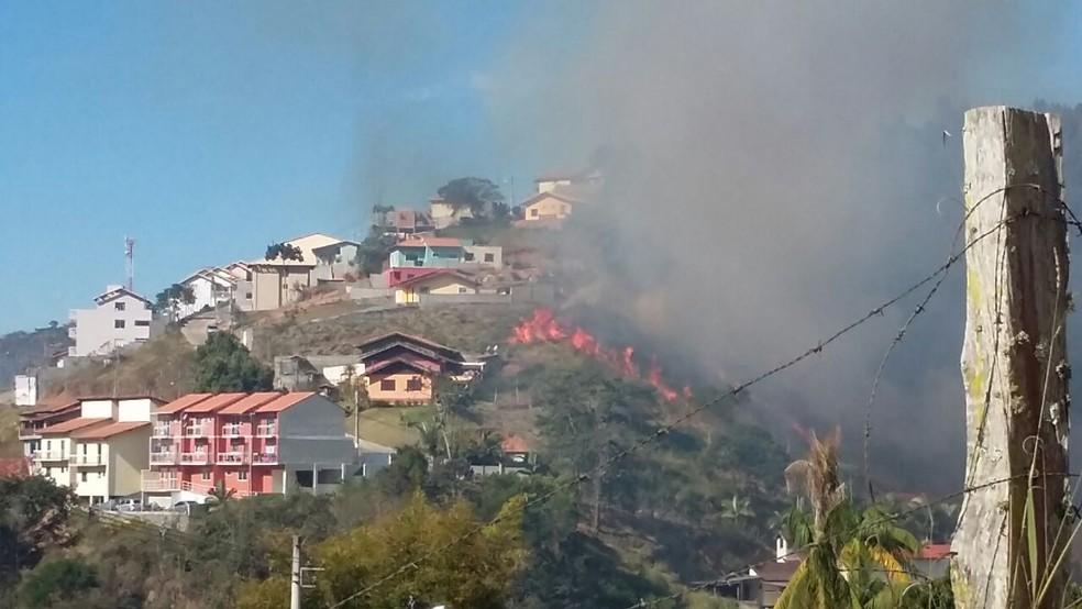 Em Parada Folly, município de Nova Friburgo, o fogo chegou próximo às casas (Foto: Luciana Thomaz | Inter TV)