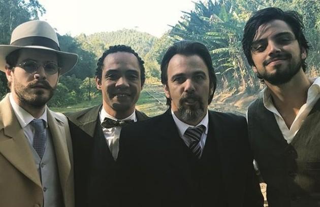 Maurício Destri, Silvio Guindane, Marcelo Faria e Rodrigo Simas posaram juntos. 'Rapaziada boa de trabalhar e conviver. Astral maravilhoso', postou Faria  (Foto: Reprodução Instagram)