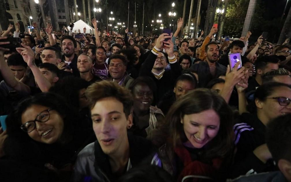 Público assiste a show da Virada Cultural na Sé — Foto: Fábio Tito/G1