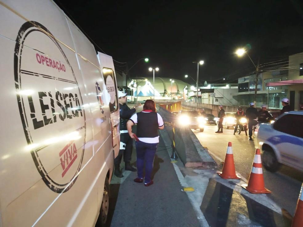 Blitz da Operação Lei Seca foi realizada na madrugada deste domingo (29) no entorno da Arena das Dunas, em Natal — Foto: PMRN
