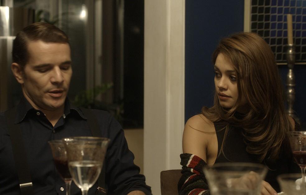 Para não começar uma discussão com a esposa, o advogado respira fundo (Foto: TV Globo)