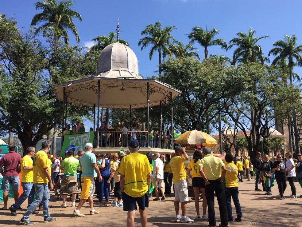 Manifestantes começaram a se concentrar na Praça da Liberdade, por volta das 10h — Foto: Raquel Freitas/G1