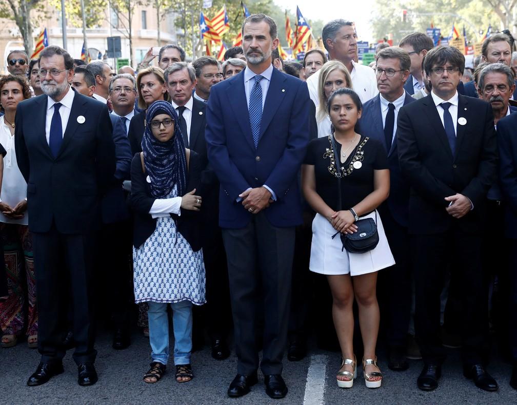 O rei Felipe, primeiro-ministro Mariano Rajoy e chefe do governo regional da Catalunha, Carles Puigdemont, também participaram de manifestação em Barcelona contra o terrorismo (Foto: Juan Medina/Reuters)
