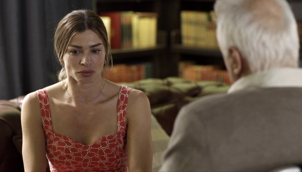 Paloma (Grazi Massafera) está muito mexida com o fim do relacionamento e chora diante de Alberto (Antonio Fagundes) — Foto: Globo